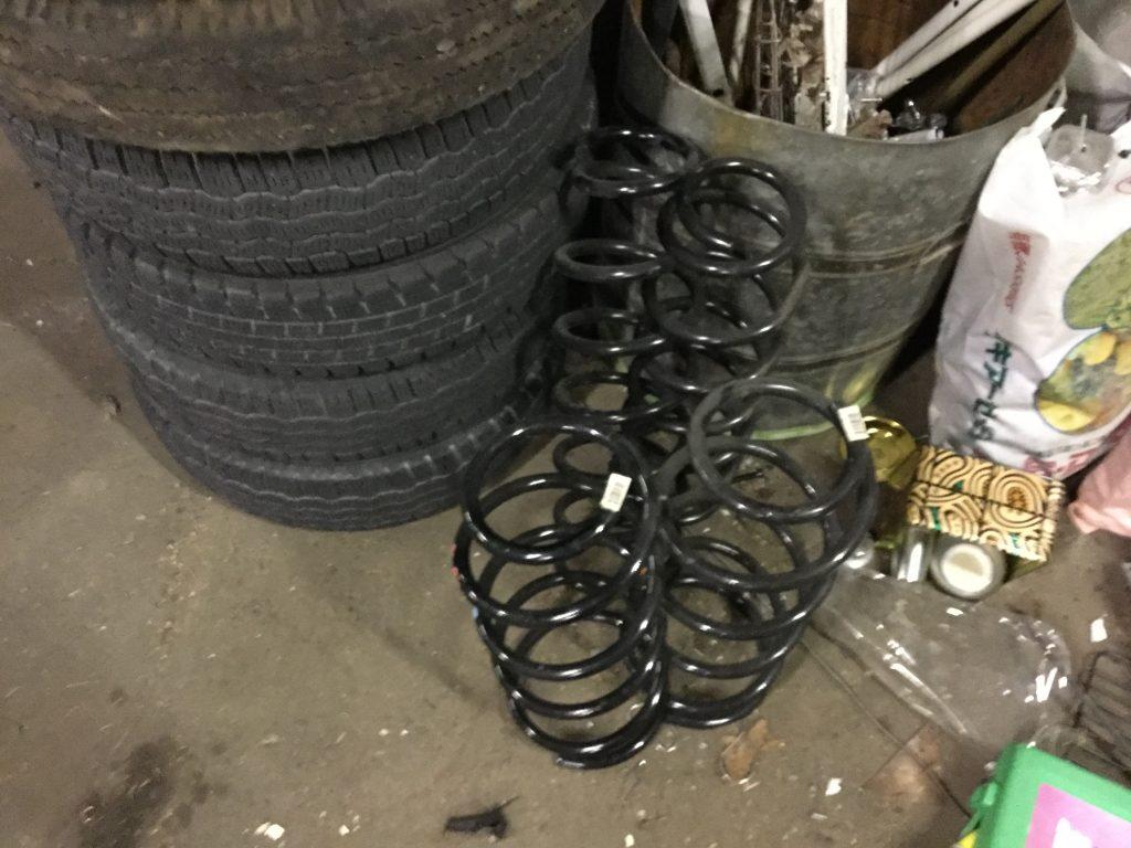 福山市幕山台付近で回収させて頂いたタイヤ、スプリング